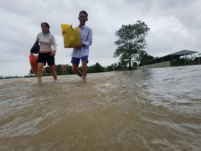 Hồ thủy lợi, thủy điện xả nước, nhiều nơi ở Huế ngập nặng dù trời không mưa - Ảnh 11.
