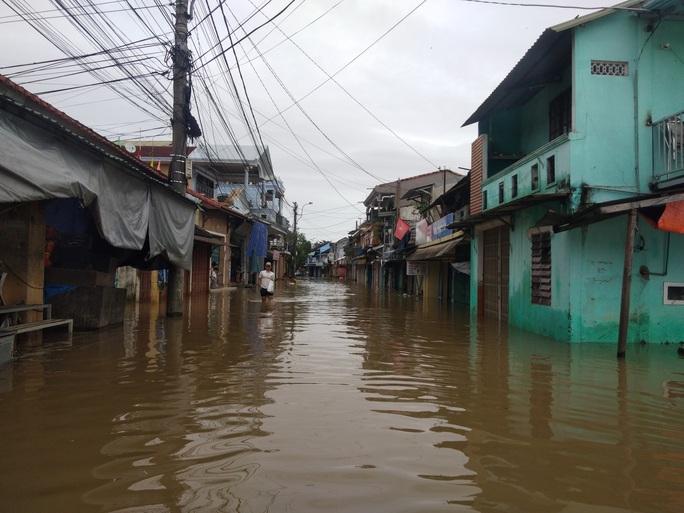 Hồ thủy lợi, thủy điện xả nước, nhiều nơi ở Huế ngập nặng dù trời không mưa - Ảnh 6.