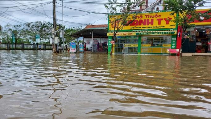 Hồ thủy lợi, thủy điện xả nước, nhiều nơi ở Huế ngập nặng dù trời không mưa - Ảnh 2.