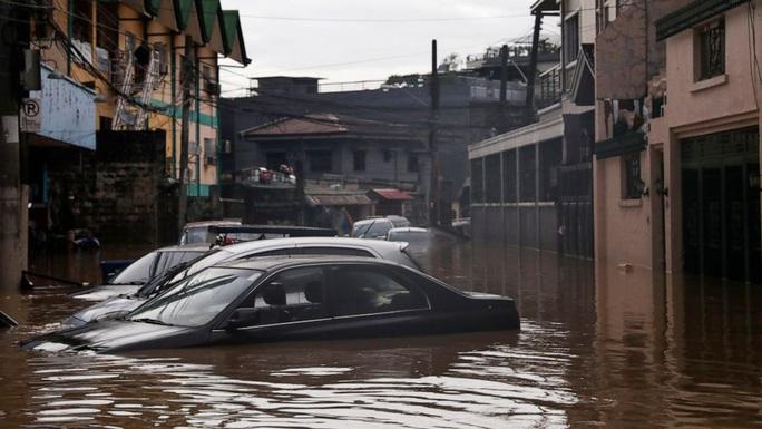 Philippines phải dùng cả xe đổ bộ tấn công để cứu hộ trong bão Vamco - Ảnh 1.