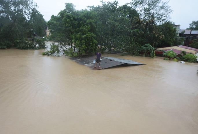 Philippines phải dùng cả xe đổ bộ tấn công để cứu hộ trong bão Vamco - Ảnh 2.