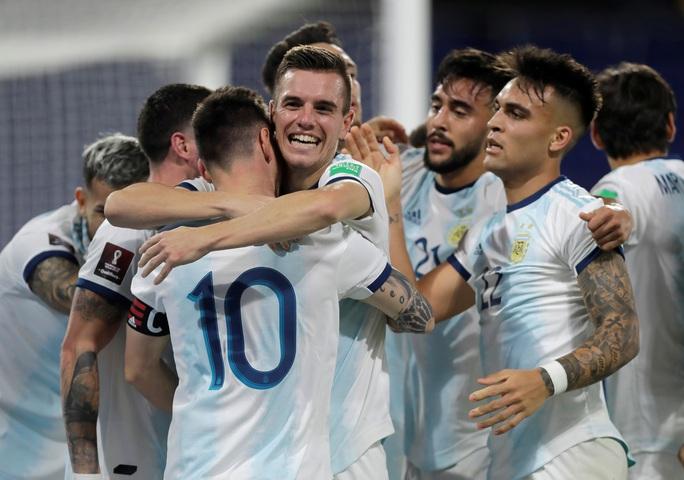 Vòng loại Word Cup 2022: Messi mất bàn oan uổng, Argentina vẫn lên ngôi đầu - Ảnh 1.