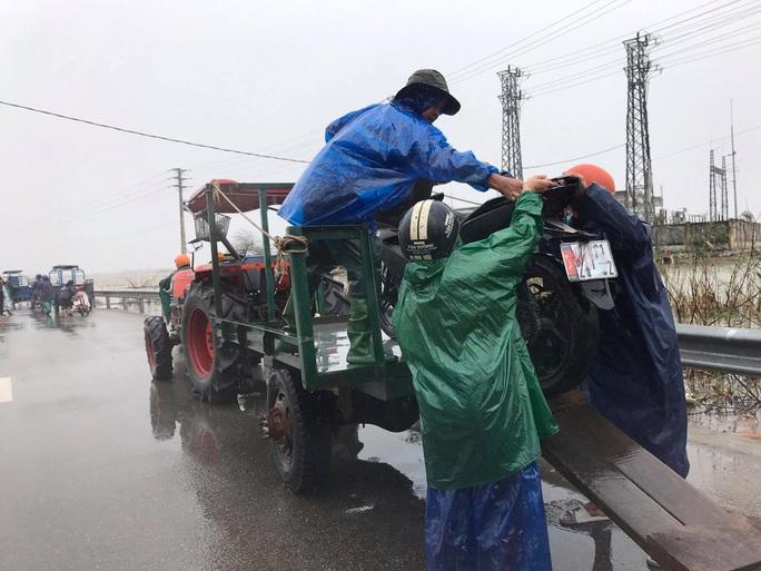 Di chuyển qua đoạn đường ngập lũ, xe công nông bị lật khiến nữ sinh viên tử vong - Ảnh 1.