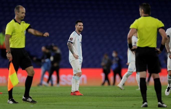 Vòng loại Word Cup 2022: Messi mất bàn oan uổng, Argentina vẫn lên ngôi đầu - Ảnh 2.