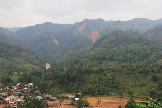 Vụ nhiều tiếng nổ trên núi ở Quảng Trị: Lãnh đạo xã nói gì sau khi trực tiếp vào kiểm tra? - Ảnh 2.