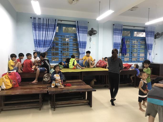 Chùm ảnh, clip: Bão số 13 đi nhanh hơn dự báo, người dân Huế tức tốc chạy bão - Ảnh 22.