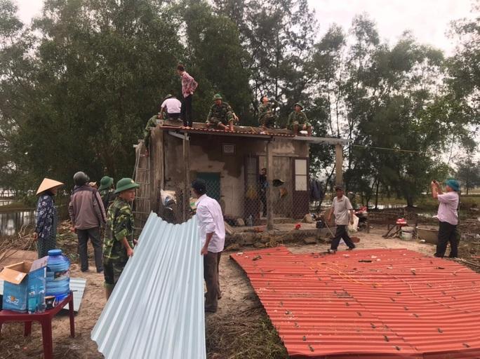 Chùm ảnh:  Quảng Trị chạy đua sơ tán dân trước khi bão số 13 đổ bộ - Ảnh 7.
