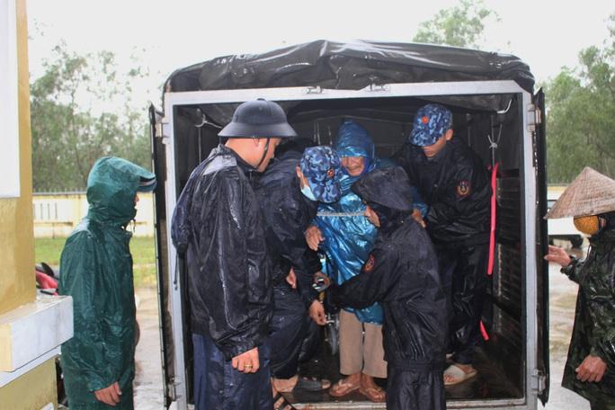 Chùm ảnh:  Quảng Trị chạy đua sơ tán dân trước khi bão số 13 đổ bộ - Ảnh 4.