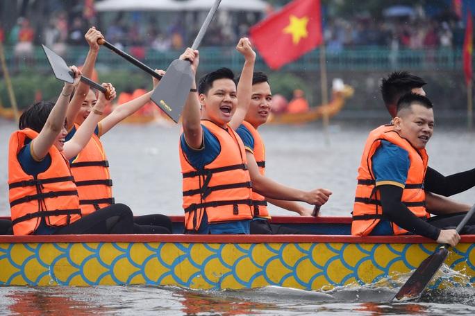 Đội Bến Tre giành ngôi quán quân giải bơi chải thuyền rồng trên Hồ Tây - Ảnh 1.