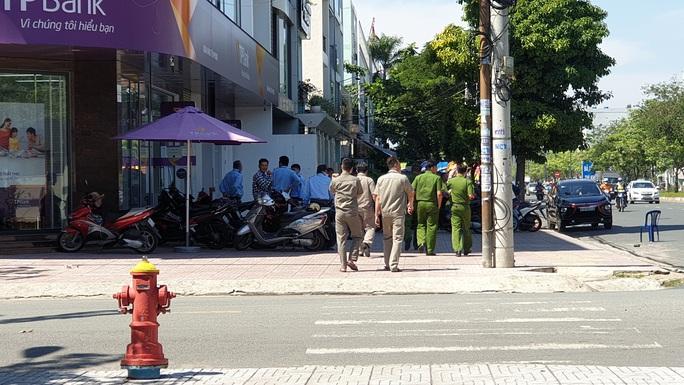 Đưa kẻ cướp ngân hàng ở Bình Tân đi cấp cứu - Ảnh 4.