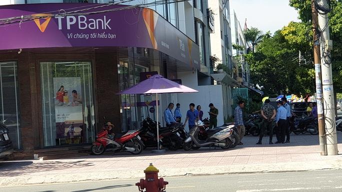 Đưa kẻ cướp ngân hàng ở Bình Tân đi cấp cứu - Ảnh 2.