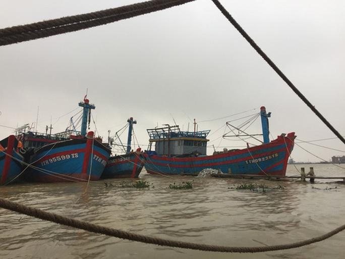 Chùm ảnh, clip: Bão số 13 đi nhanh hơn dự báo, người dân Huế tức tốc chạy bão - Ảnh 14.