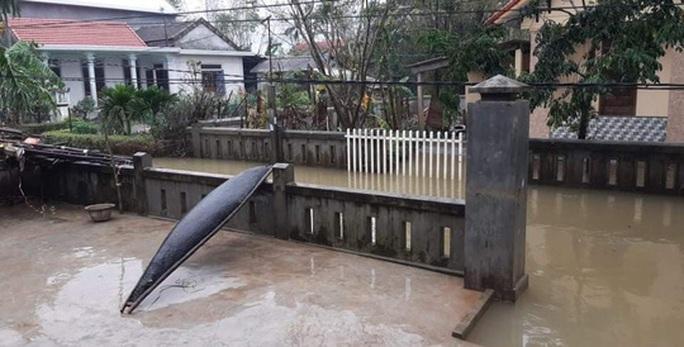 Chùm ảnh, clip: Bão số 13 đi nhanh hơn dự báo, người dân Huế tức tốc chạy bão - Ảnh 17.