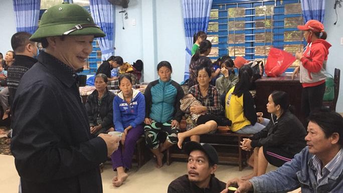 Chùm ảnh, clip: Bão số 13 đi nhanh hơn dự báo, người dân Huế tức tốc chạy bão - Ảnh 3.