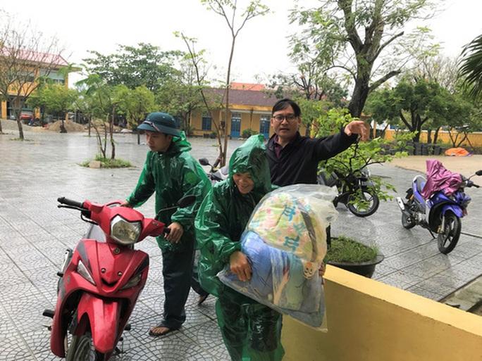 Chùm ảnh, clip: Bão số 13 đi nhanh hơn dự báo, người dân Huế tức tốc chạy bão - Ảnh 8.