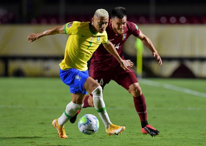 Thắng khó Venezuela sân nhà, Brazil vững ngôi đầu Nam Mỹ - Ảnh 2.