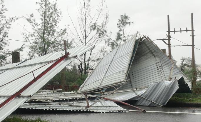 CLIP: Những thiệt hại ở Quảng Bình sau bão số 13 đi qua - Ảnh 9.