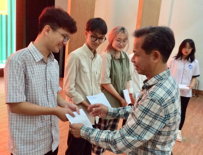 Trao học bổng tiếp sức cho sinh viên vùng lũ Quảng Bình  - Ảnh 1.
