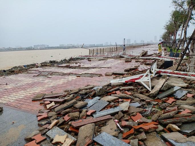 Bão số 13 vào miền Trung: Bờ biển tan hoang, nhà tốc mái, cây gãy la liệt - Ảnh 3.