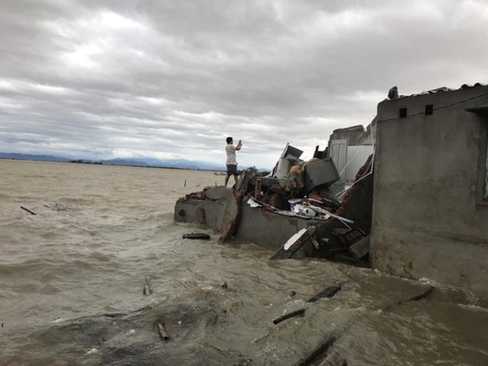 Bão số 13 vào miền Trung: Bờ biển tan hoang, nhà tốc mái, cây gãy la liệt - Ảnh 28.