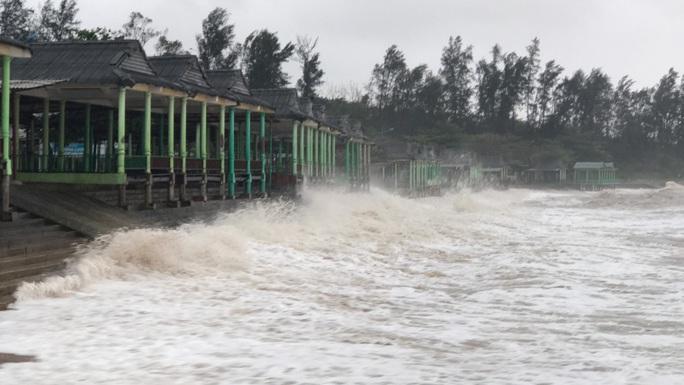 Quảng Trị: Gió bắt đầu rít mạnh, đảo Cồn Cỏ bị cắt đứt hoàn toàn liên lạc - Ảnh 6.
