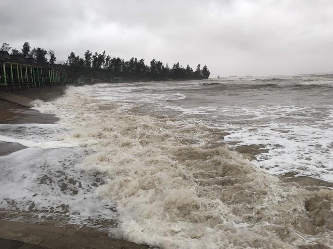 Quảng Trị: Gió bắt đầu rít mạnh, đảo Cồn Cỏ bị cắt đứt hoàn toàn liên lạc - Ảnh 2.