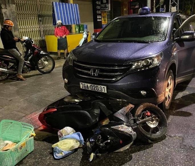 Ôtô kéo lê xe máy chở sản phụ đi sinh khoảng 500m - Ảnh 1.