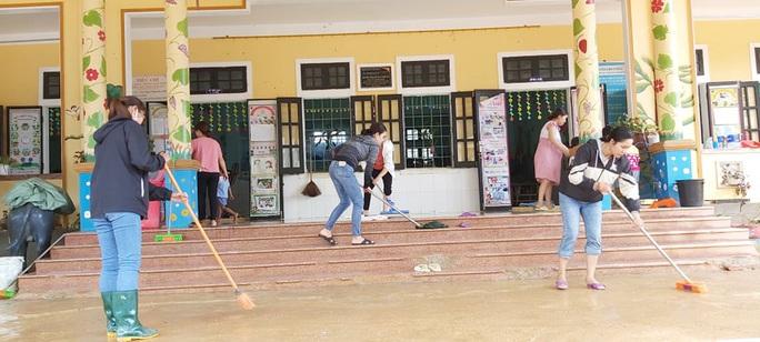 Cảm động nghe tiếng ê a đọc bài trong ngôi trường bị lũ bùn vùi lấp ở Quảng Trị - Ảnh 4.
