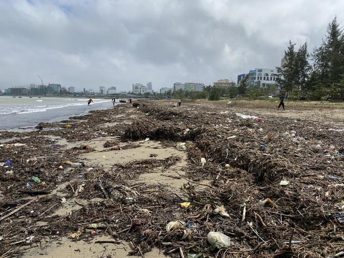 CLIP: Rác tràn ngập bãi biển Đà Nẵng sau bão số 13 - Ảnh 3.
