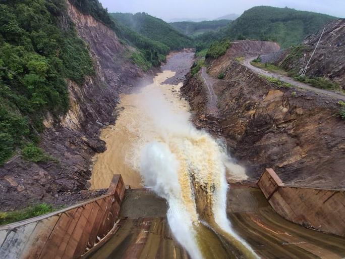 Bó tay với thủy điện Thượng Nhật tích nước trái phép? - Ảnh 1.