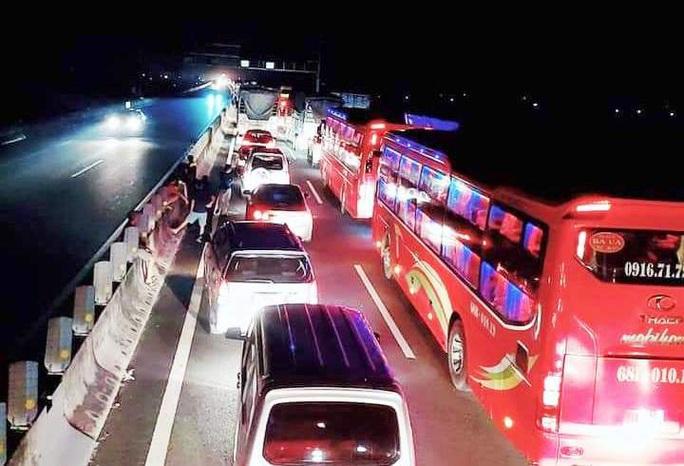"""Ôtô tông liên hoàn """"dính chùm"""", kẹt xe 10 km trên cao tốc TP HCM - Trung Lương - Ảnh 2."""