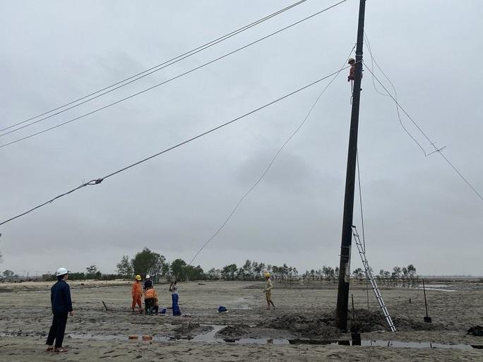Nỗ lực khôi phục cấp điện cho người dân bị ảnh hưởng bão số 13 - Ảnh 1.