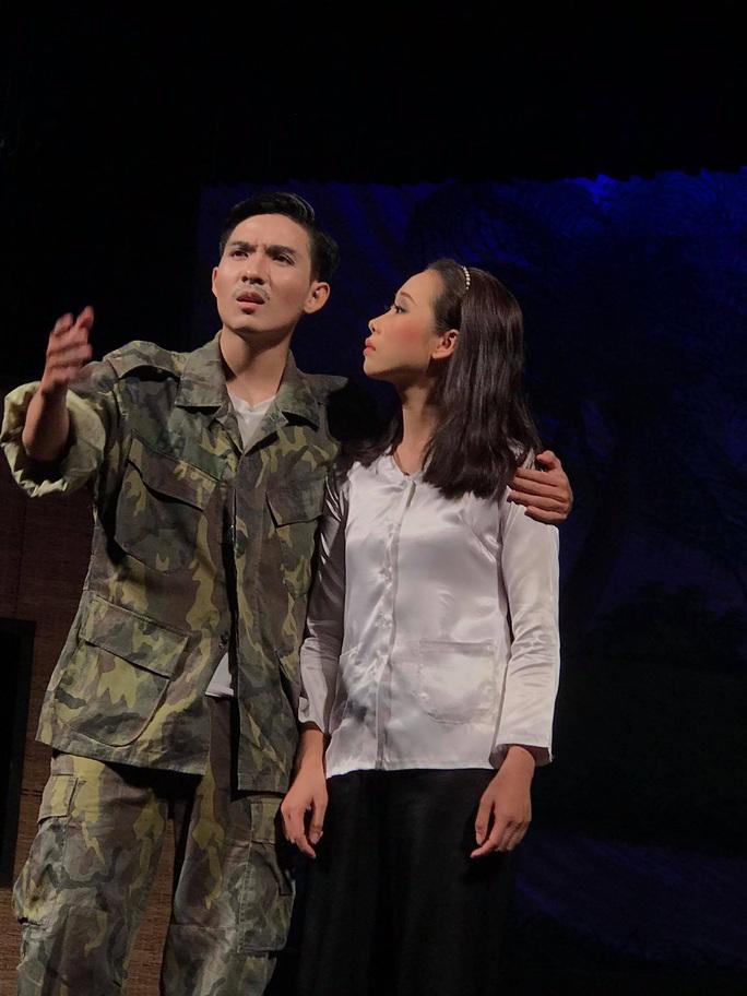 Danh hài Hữu Nghĩa khoái diễn viên trẻ chịu viết kịch bản - Ảnh 2.