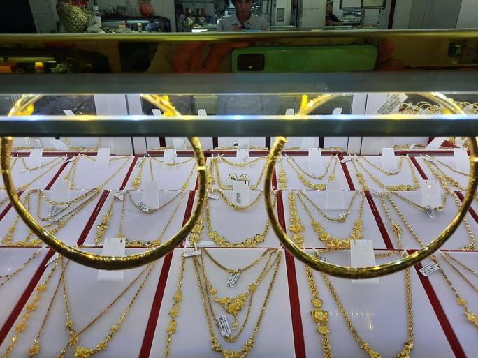 Giá vàng hôm nay 17-11: Thêm một cú sốc, giới kinh doanh chớp thời cơ - Ảnh 1.