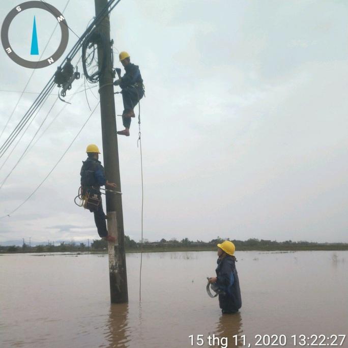 Nỗ lực khôi phục cấp điện cho người dân bị ảnh hưởng bão số 13 - Ảnh 3.