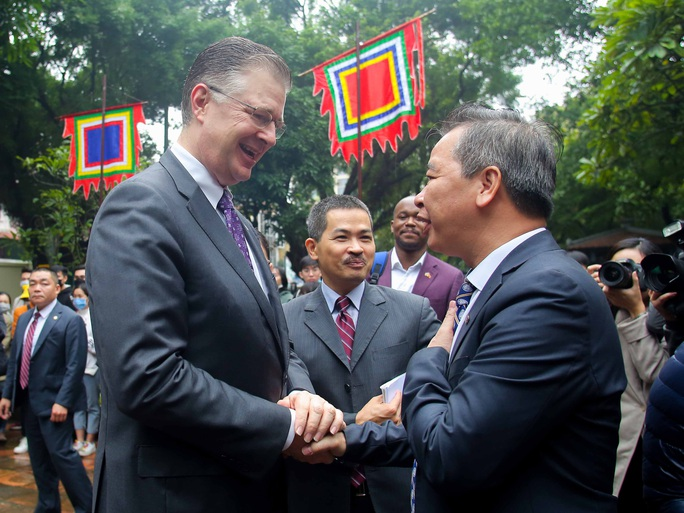 CLIP: Đại sứ Mỹ thăm Văn Miếu-Quốc Tử Giám - Ảnh 2.