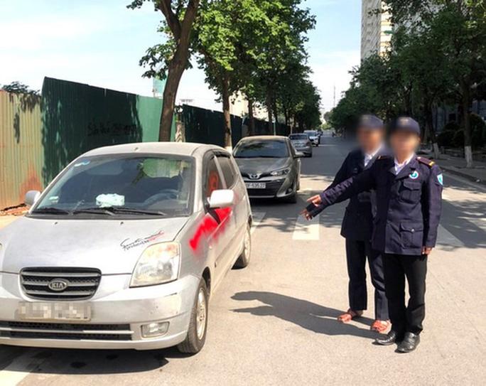 Nhóm bảo vệ xịt sơn đỏ lên hàng loạt xe ôtô bị khởi tố - Ảnh 1.