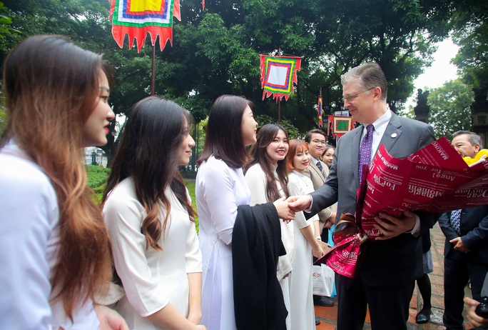 CLIP: Đại sứ Mỹ thăm Văn Miếu-Quốc Tử Giám - Ảnh 3.