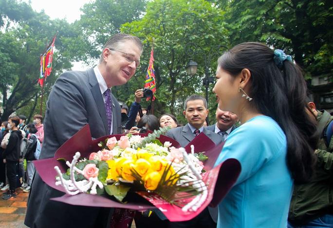 CLIP: Đại sứ Mỹ thăm Văn Miếu-Quốc Tử Giám - Ảnh 4.