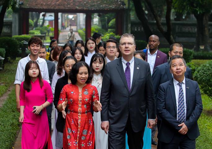 CLIP: Đại sứ Mỹ thăm Văn Miếu-Quốc Tử Giám - Ảnh 5.