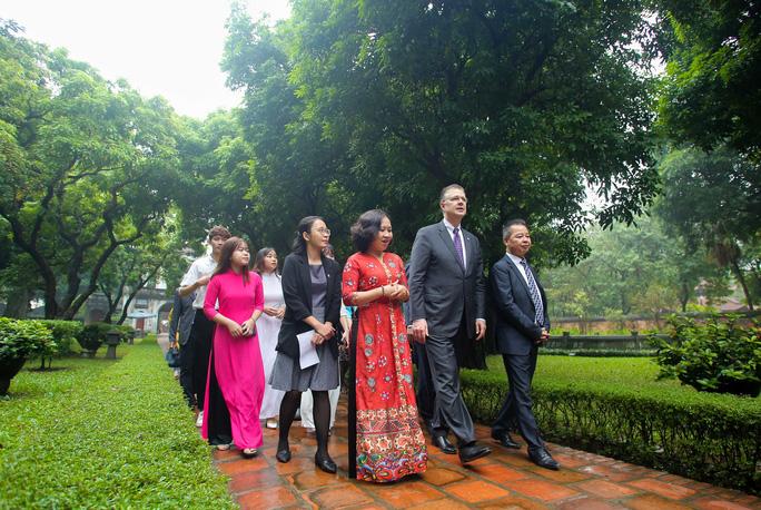 CLIP: Đại sứ Mỹ thăm Văn Miếu-Quốc Tử Giám - Ảnh 6.
