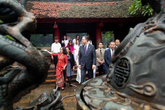 CLIP: Đại sứ Mỹ thăm Văn Miếu-Quốc Tử Giám - Ảnh 8.