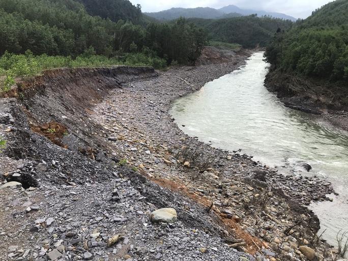 Lội suối vào kiểm tra thủy điện Thượng Nhật tích nước trái phép - Ảnh 1.