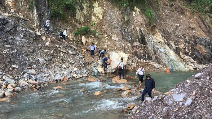 Lội suối vào kiểm tra thủy điện Thượng Nhật tích nước trái phép - Ảnh 2.
