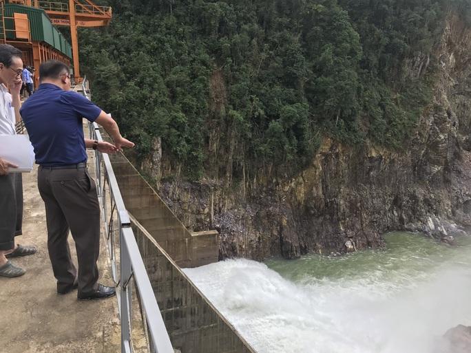 Lội suối vào kiểm tra thủy điện Thượng Nhật tích nước trái phép - Ảnh 4.