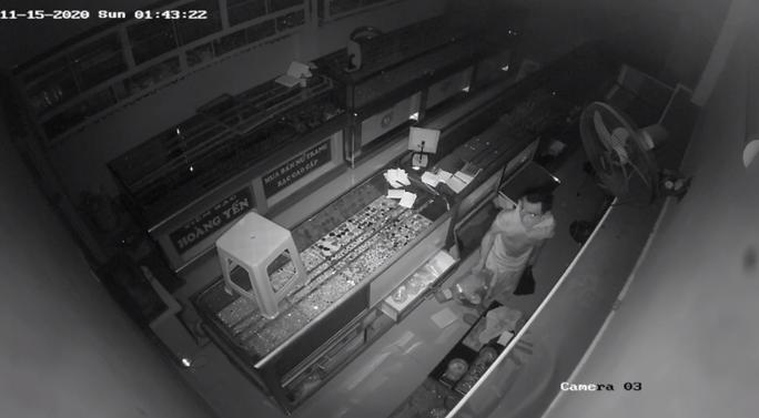 Chủ tiệm bạc ở quận 12 hốt hoảng báo công an khi xem camera an ninh - Ảnh 1.
