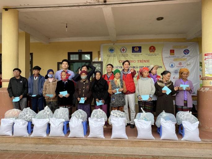 Trao 1.800 phần quà cho người dân vùng lũ Quảng Bình, Quảng Trị - Ảnh 4.