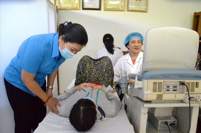Kiên Giang: Khám bệnh, phát thuốc miễn phí cho nữ công nhân - Ảnh 1.