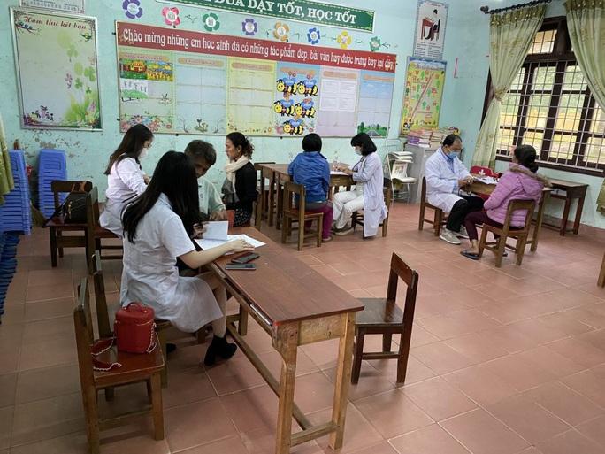 Trao 1.800 phần quà cho người dân vùng lũ Quảng Bình, Quảng Trị - Ảnh 2.