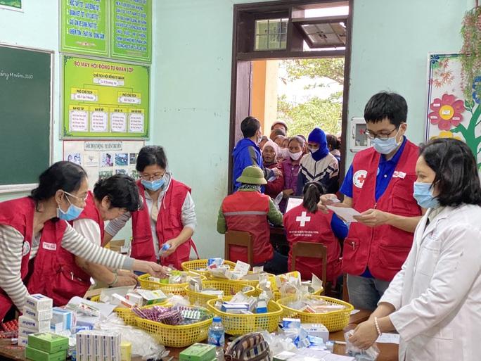 Trao 1.800 phần quà cho người dân vùng lũ Quảng Bình, Quảng Trị - Ảnh 1.
